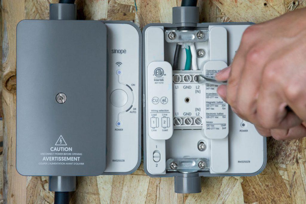 Chaque fil est inséré dans le bornier approprié , puis les connecteurs sont vissés fermement.